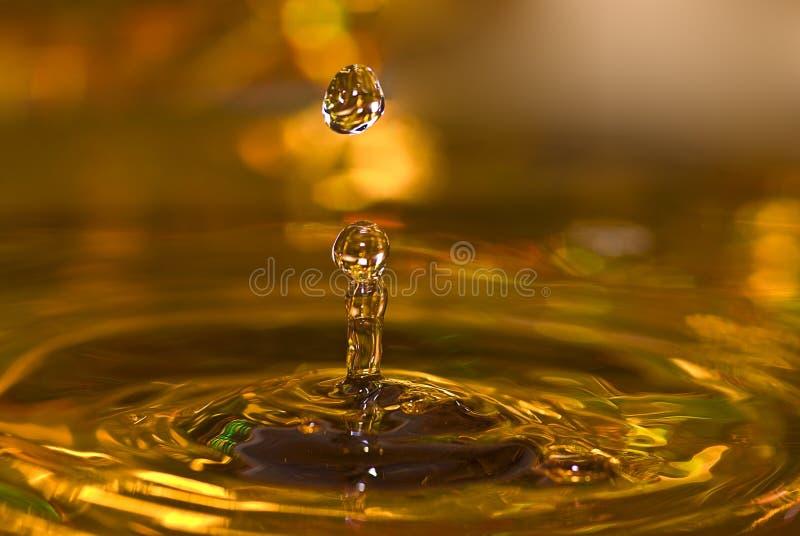 Goldene Wassertropfen lizenzfreies stockfoto