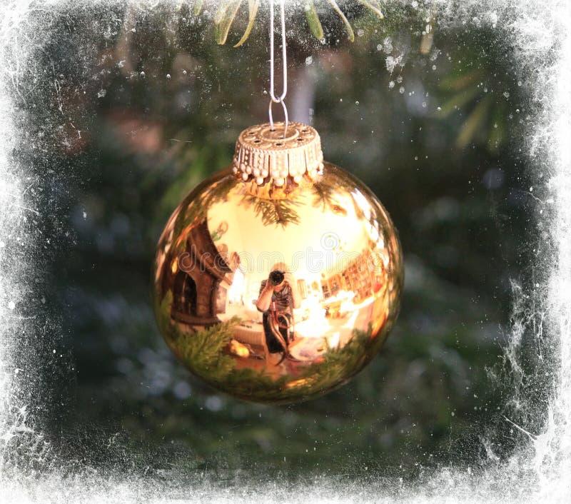 Goldene Weihnachtsbaumkugel gestaltet im Weiß lizenzfreie abbildung