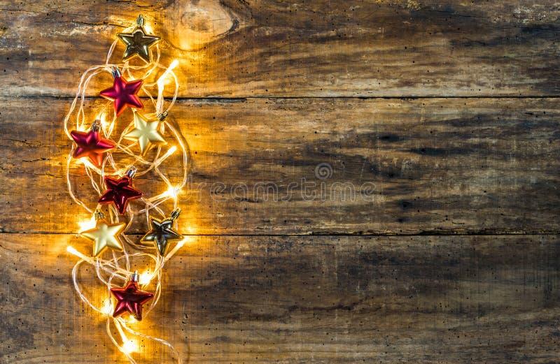Goldene Weihnachtslichter und Sternverzierungen stockfoto