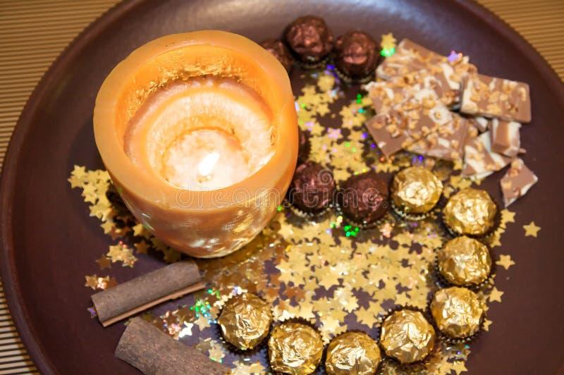 Goldene Weihnachtsplatte lizenzfreie stockfotos