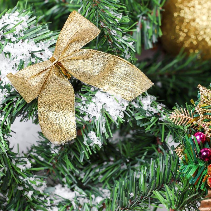 Goldene Woge der Dekoration auf Baumast des neuen Jahres stockbild