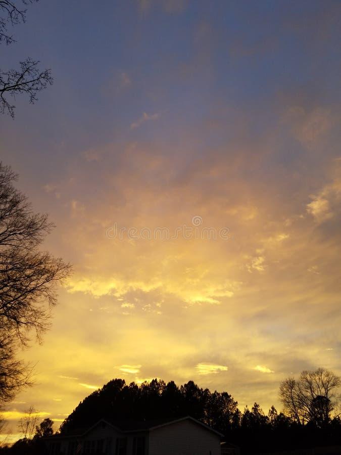 Goldene Wolken am Horizont lizenzfreies stockbild