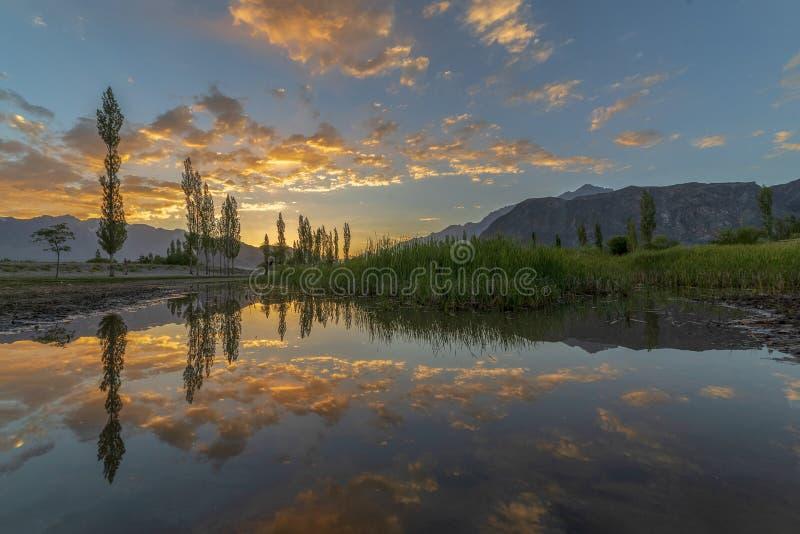 Goldene Wolken mit Reflexion stockfoto