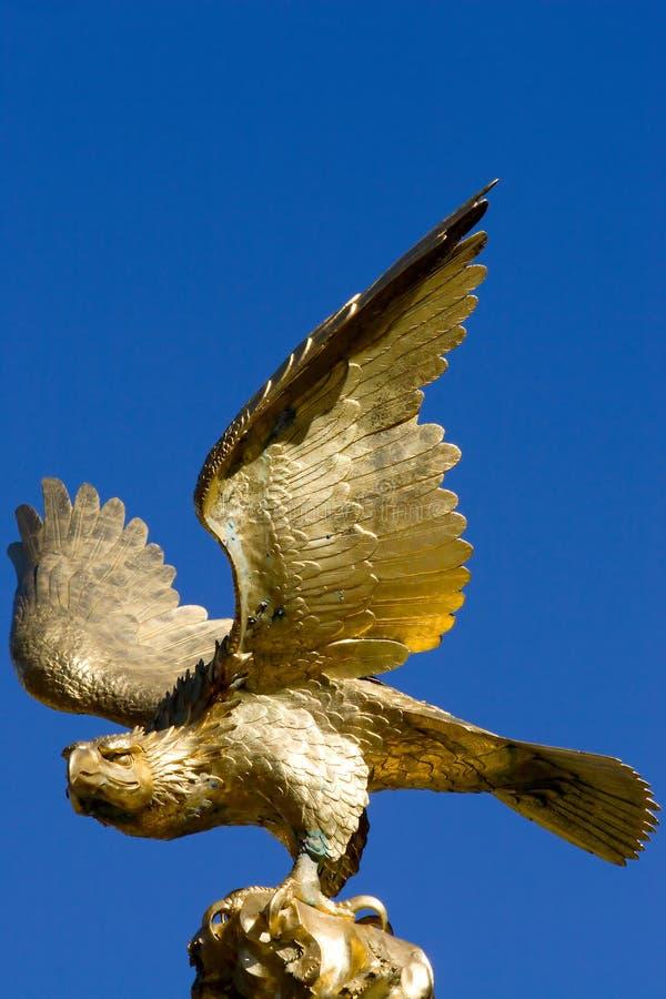 Goldener Adler-Statue stockbild