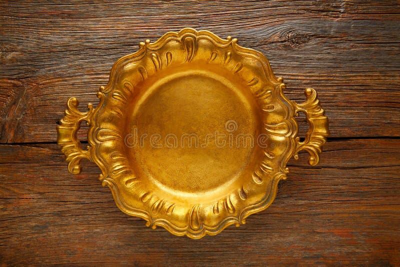 Goldener Behälter der Weinlese rund auf gealtertem braunem Holz lizenzfreie stockbilder