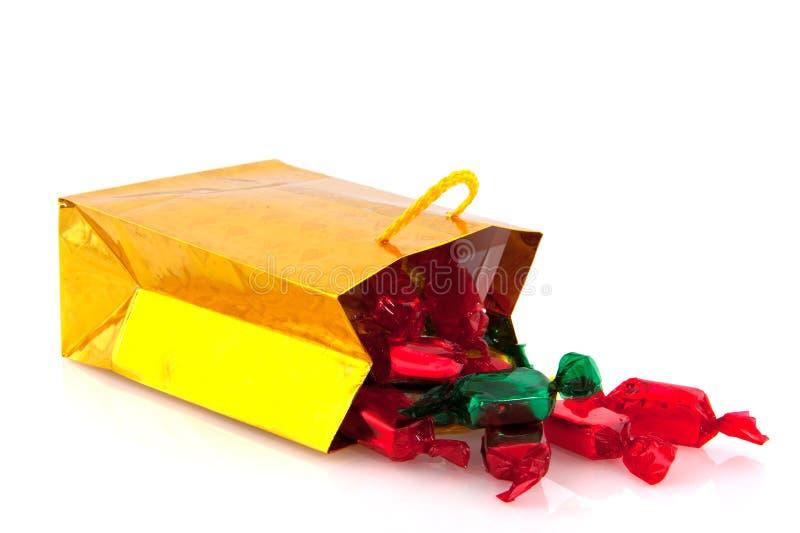 Goldener Beutel mit Weihnachtssüßigkeit lizenzfreies stockbild