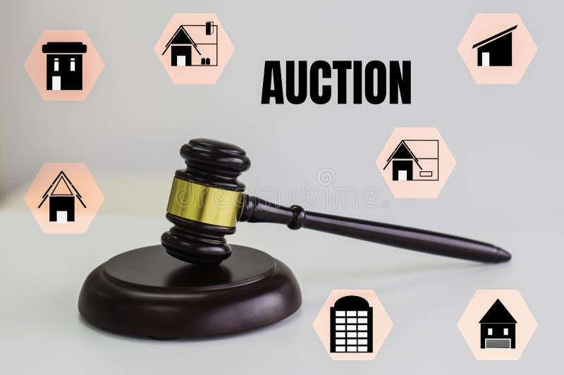 Goldener brauner hölzerner Hammer auf weißem Hintergrund, mit Ikonenhaus, Technologiekonzept und on-line-Auktion stock abbildung