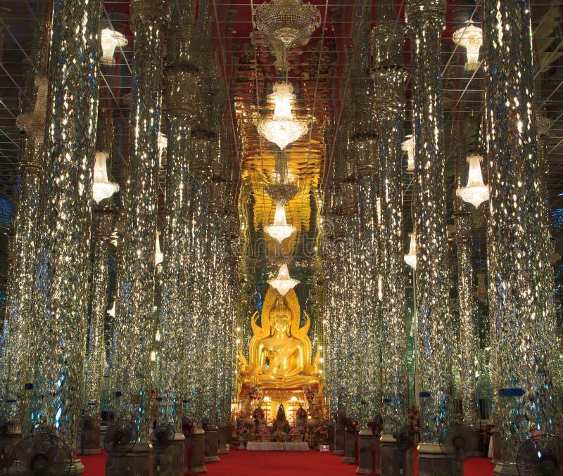 Goldener Buddha am Kathedralenglas lizenzfreie stockbilder