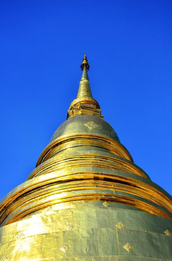 Goldener buddhistischer Tempel, glänzende goldene Pagode bei Wat Pra Sing lokalisierte auf Hintergrund des blauen Himmels, Chiang lizenzfreie stockfotos