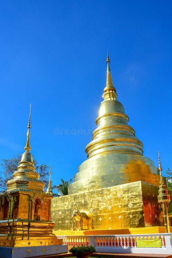 Goldener buddhistischer Tempel, glänzende goldene Pagode bei Wat Pra Sing mit Hintergrund des blauen Himmels, Chiang- Maiprovinz  stockbild