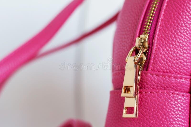 Goldener Farbverschlussreißverschluß auf rosa Rucksack lizenzfreie stockbilder