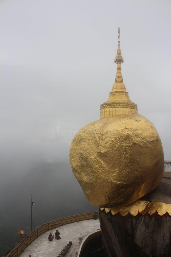 Goldener Felsen Kyaiktiyo-Pagode, Myanmar Birma mit Wolke stockbild