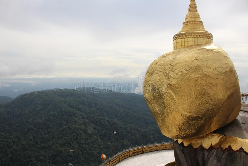 Goldener Felsen Kyaiktiyo-Pagode, Myanmar Birma mit Wolke lizenzfreies stockfoto
