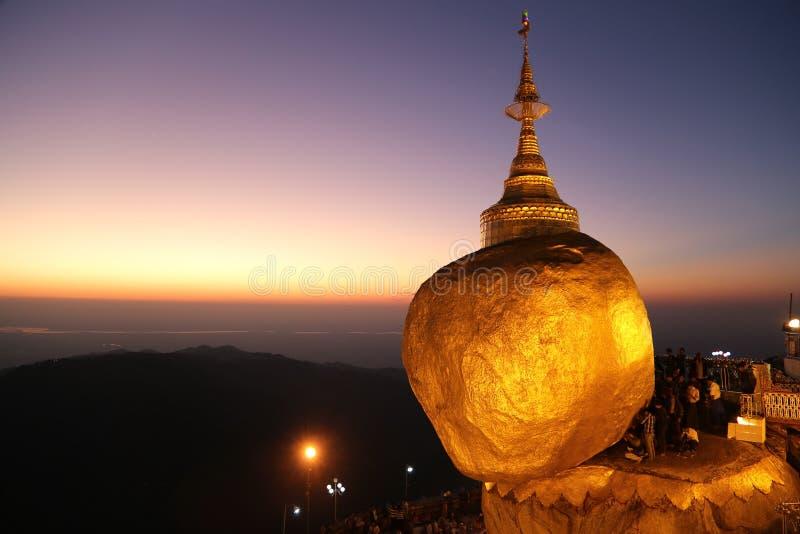 Goldener Felsen, Myanmar stockbild