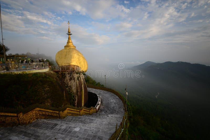 Goldener Felsen Myanmar stockfotos