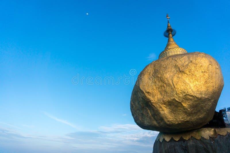 Goldener Felsen oder Kyaiktiyo-Pagode mit Hintergrund des blauen Himmels, Myanma lizenzfreies stockbild