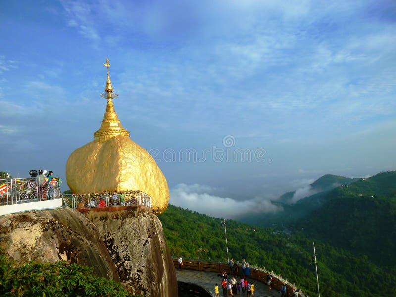 Goldener Felsen und klarer Himmel lizenzfreie stockfotografie