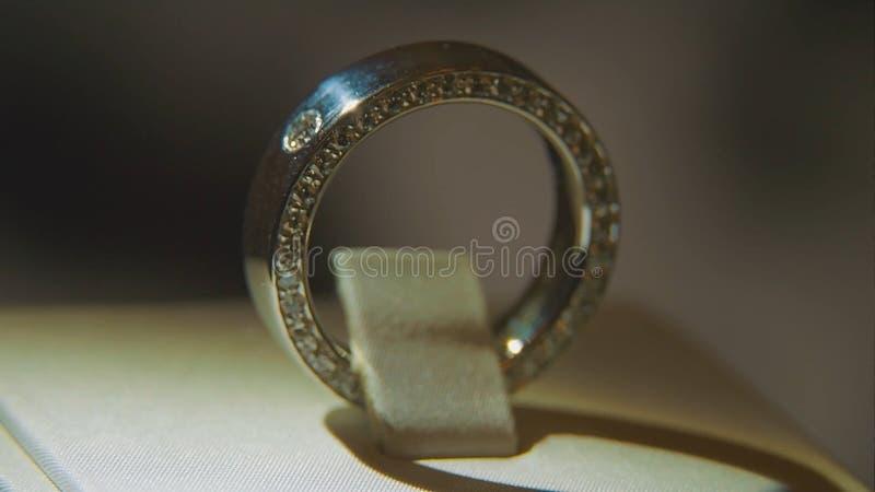 Goldener Fingerring mit gelbem Edelstein Schellen Sie im Gold mit Saphire browm, Ehering - Schmuck mit Diamanten stockfotos