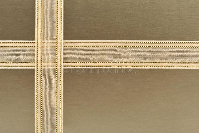 Goldener Geschenkkasten lizenzfreie stockbilder