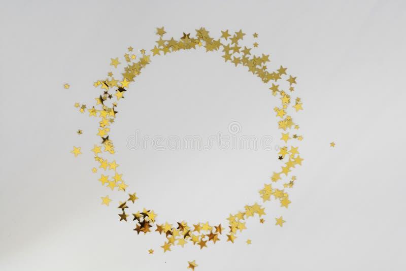 Goldener Glitterrahmen, Konfetti-Sterne isoliert auf weißem Hintergrund Weihnachten, Feier oder Geburtstag stockbilder