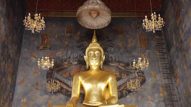 Goldener großer Buddha mit alten Malereien stockfotografie