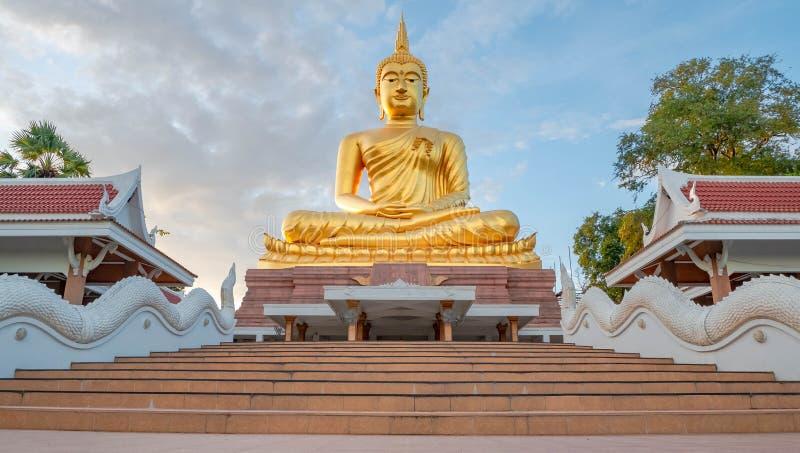Goldener großer Buddha in Ubon Ratchatanee, Thailand lizenzfreie stockfotos