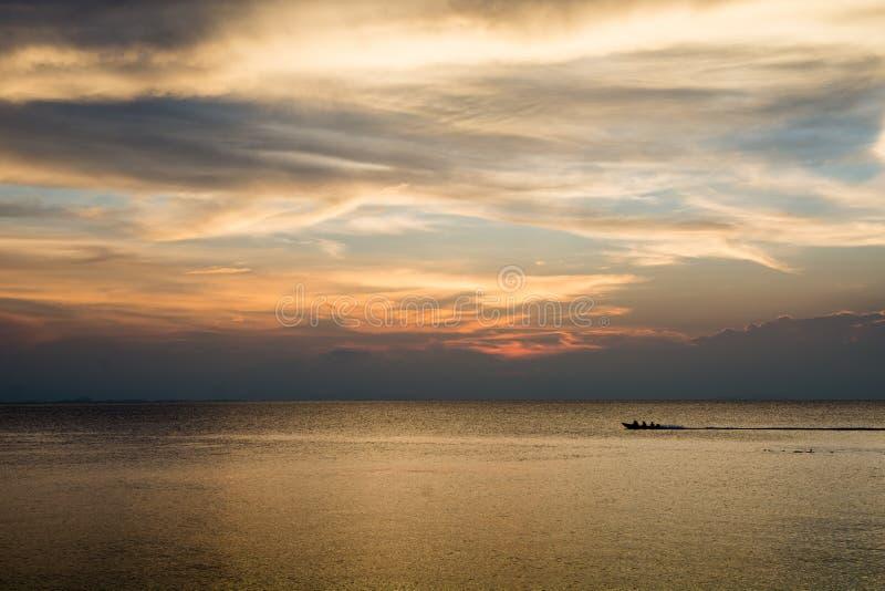 Goldener Himmel über dem Meer lizenzfreies stockbild