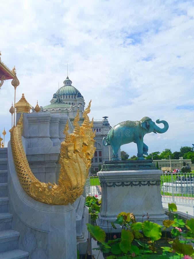 Goldener König wenn Naga- und Elefantskulptur an Pavillon Ruen Yod Barom Mungkalanusaranee unter hellem blauem Himmel stockbilder