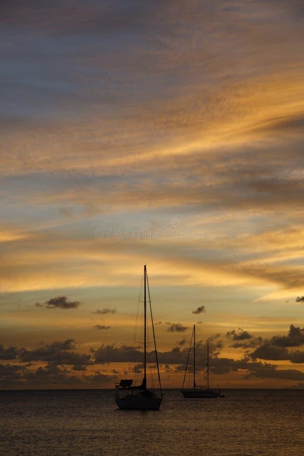 Goldener karibischer Sonnenuntergang-Reiseflug lizenzfreies stockbild