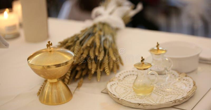 Goldener Kelch und die Ohren des Weizens über einem Altar in der Kirche stockbild