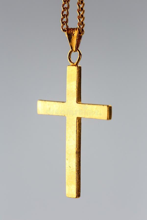 Goldener Kreuzanhänger auf der Goldkette stockbild