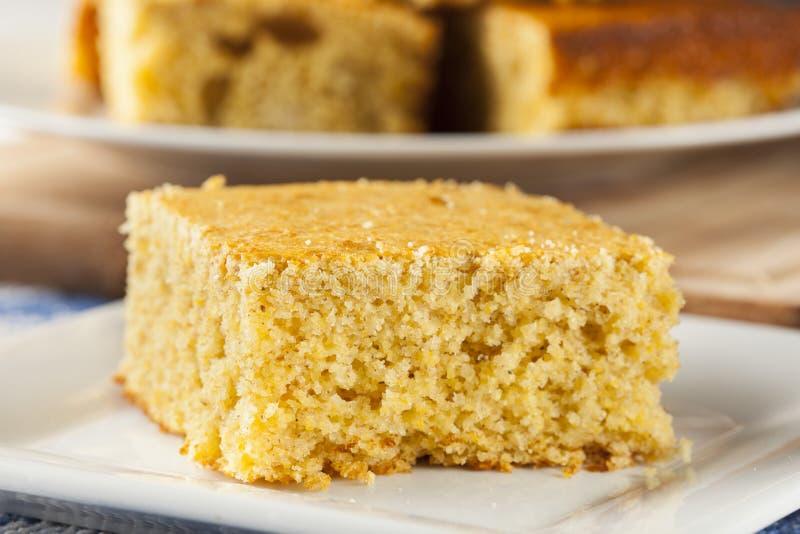 Goldener organischer selbst gemachter Cornbread lizenzfreie stockfotos