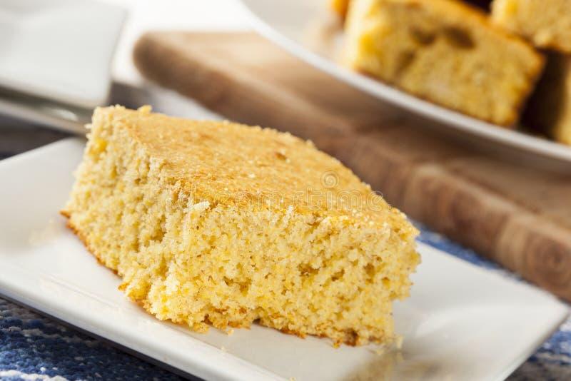 Goldener organischer selbst gemachter Cornbread lizenzfreies stockfoto