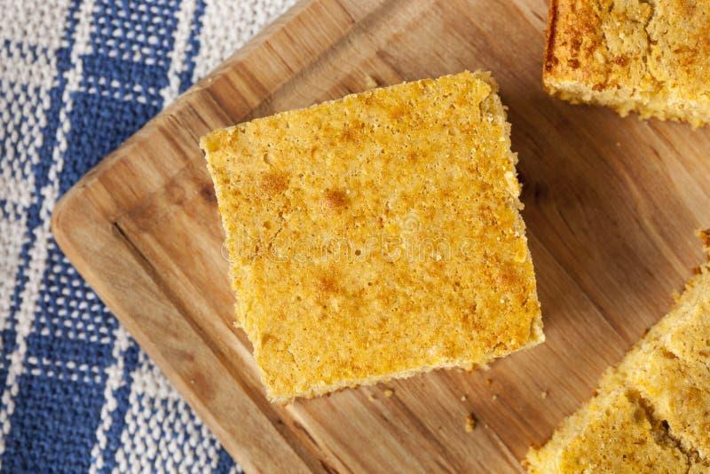 Goldener organischer selbst gemachter Cornbread stockfotos
