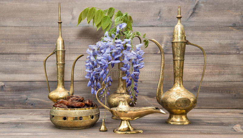 Goldener orientalischer Dekorationen Ramadan-kareem Arabischkrug lizenzfreie stockfotos