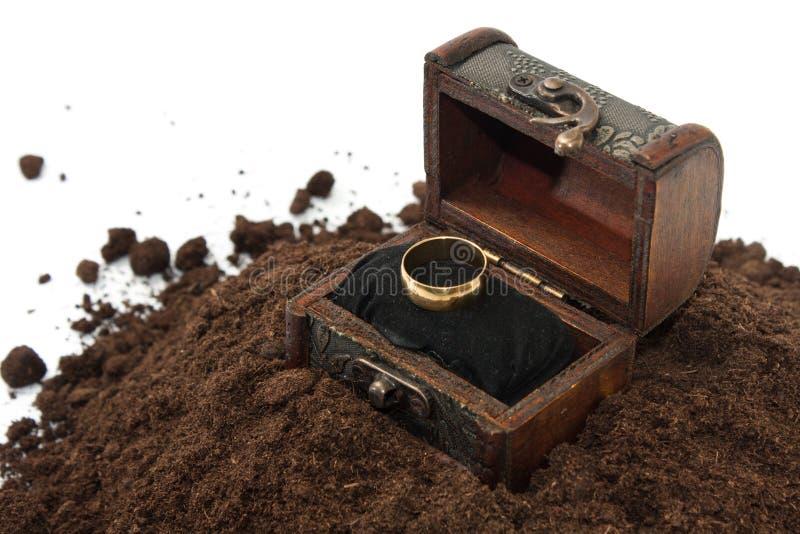 Goldener Ring im hölzernen Kasten auf dem Boden lizenzfreie stockfotos