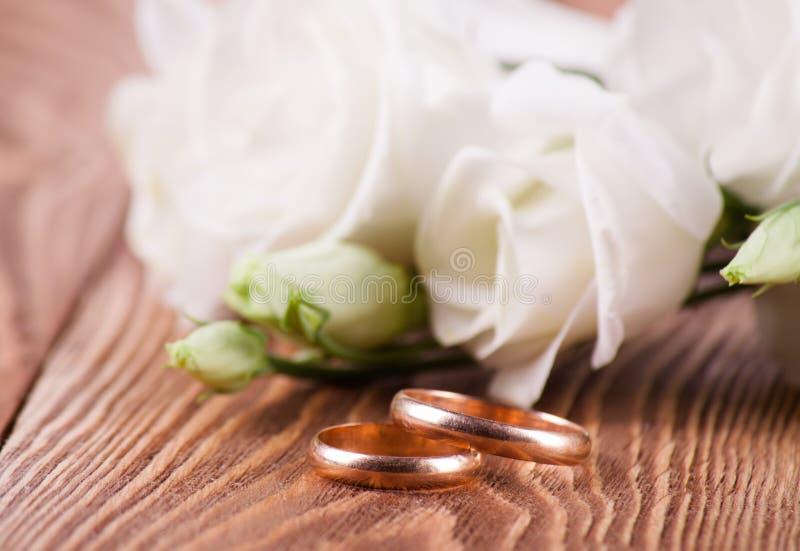 Goldener Ring mit Blume stockfoto