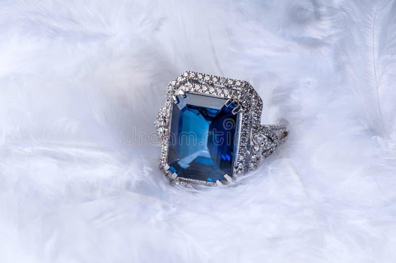 Goldener Ring mit Edelstein und Diamanten stockfotos