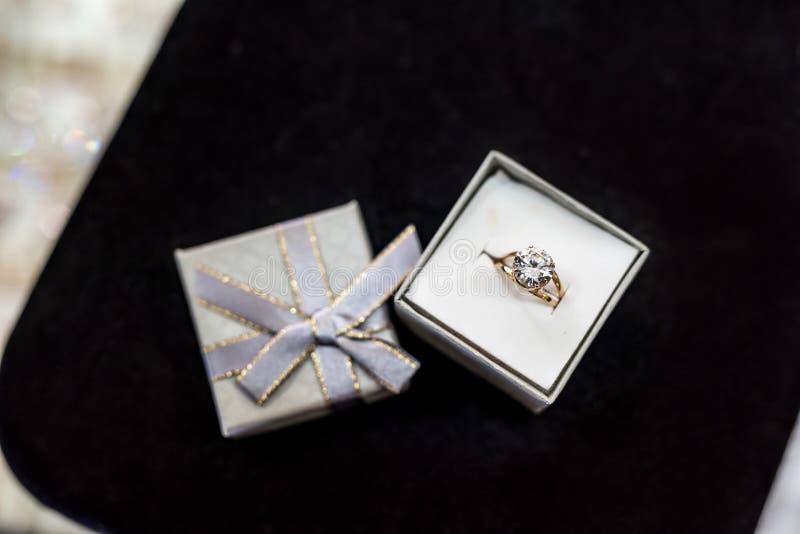 Goldener Ring mit großem Stein in der silbernen Geschenkbox lizenzfreie stockbilder