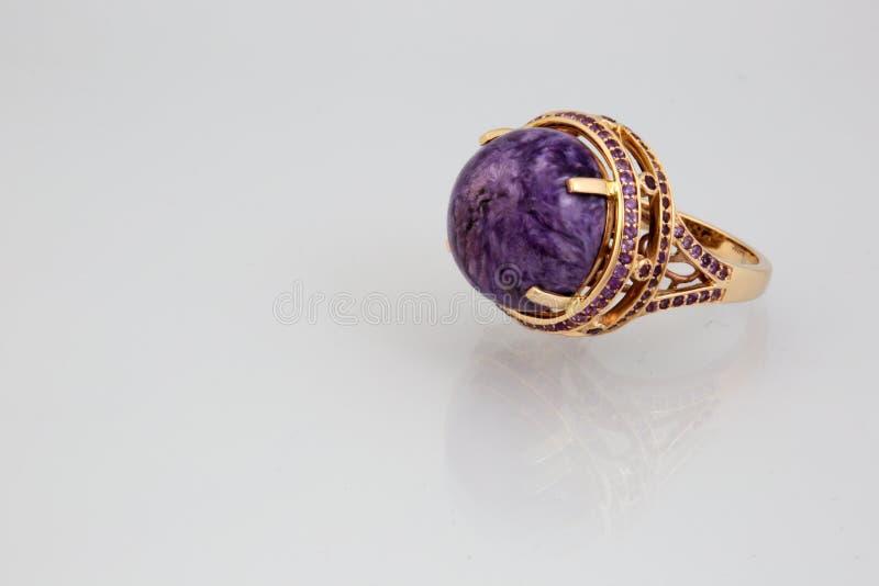 Goldener Ring mit rosa Steinpanorama lizenzfreie stockfotos