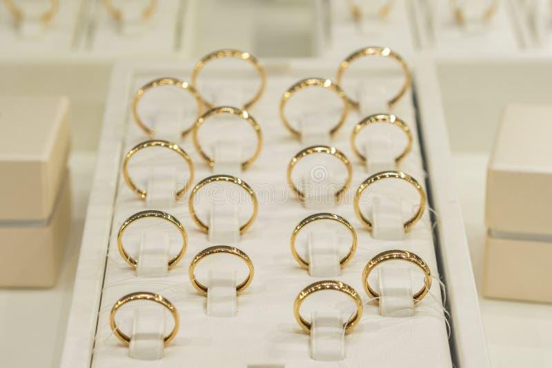 Goldener Ringspeicher Heiratsgoldringe auf dem Schaukasten Hochzeit Ring Set lizenzfreie stockbilder