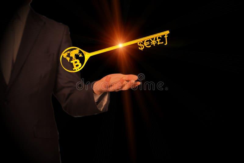 Goldener Schlüssel zum Währungszeichen und zum Bitcoin stockbild