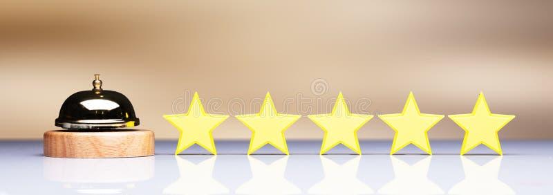 Goldener Service Bell neben f?nf Stern-Bewertungs-Ikone lizenzfreie abbildung