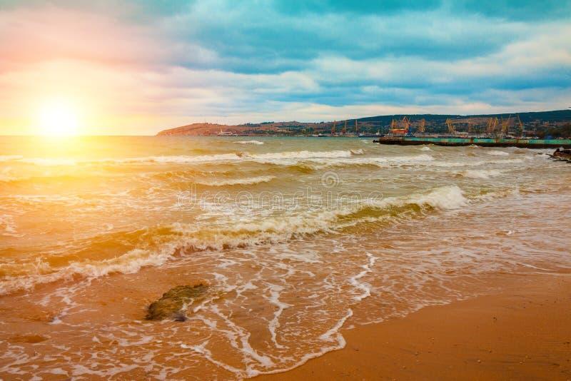 Goldener Sonnenaufgang über dem Meer lizenzfreie stockbilder
