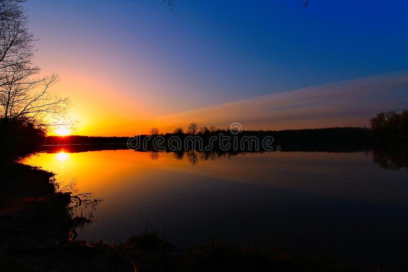 Goldener Sonnenaufgang über dem See lizenzfreies stockfoto