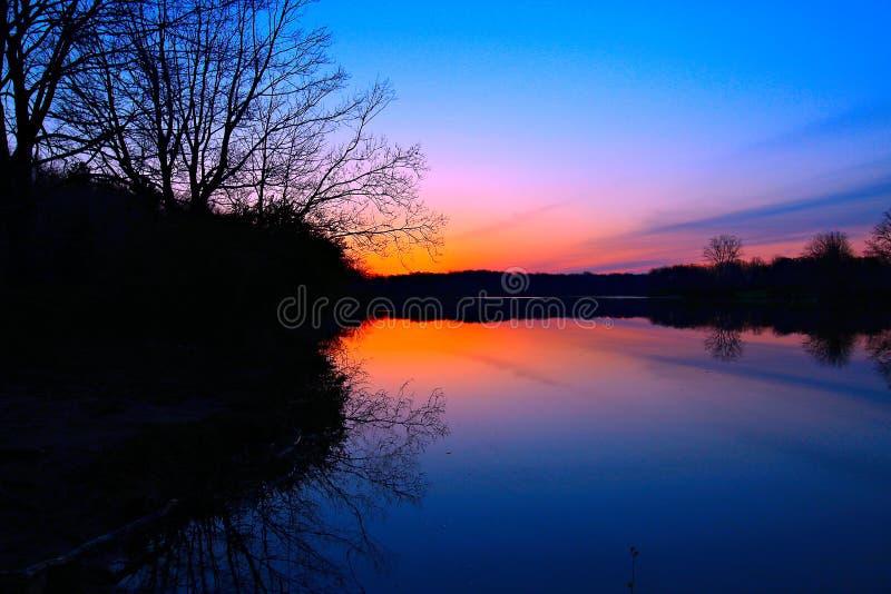 Goldener Sonnenaufgang über dem See lizenzfreie stockbilder