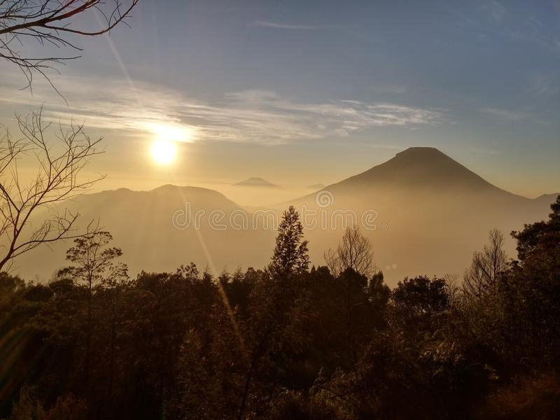 Goldener Sonnenaufgang des Bergs Dieng Indonesien lizenzfreie stockfotografie