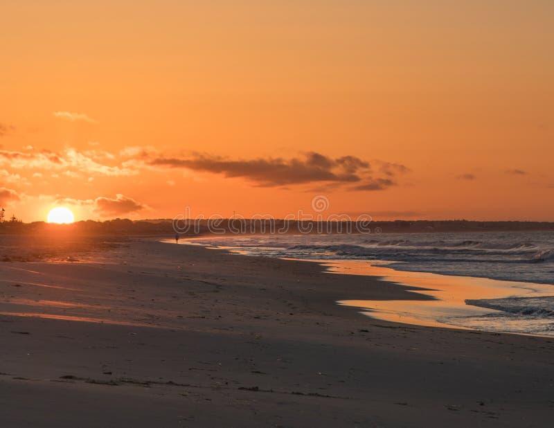 Goldener Sonnenaufgang des Morgens am Uhr-Hügel stockfotos