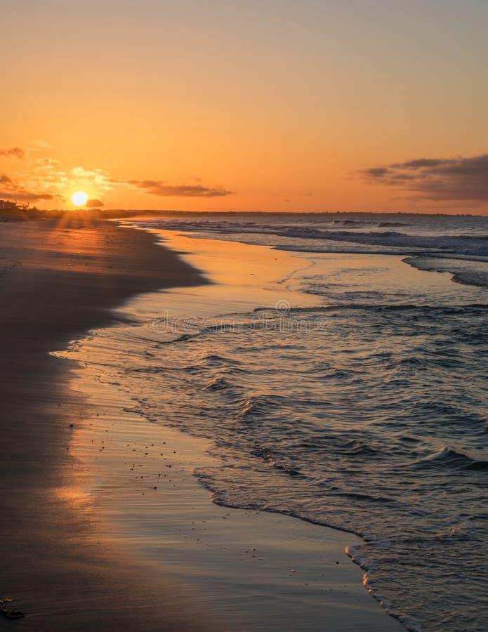 Goldener Sonnenaufgang am Uhr-Hügel stockfotografie