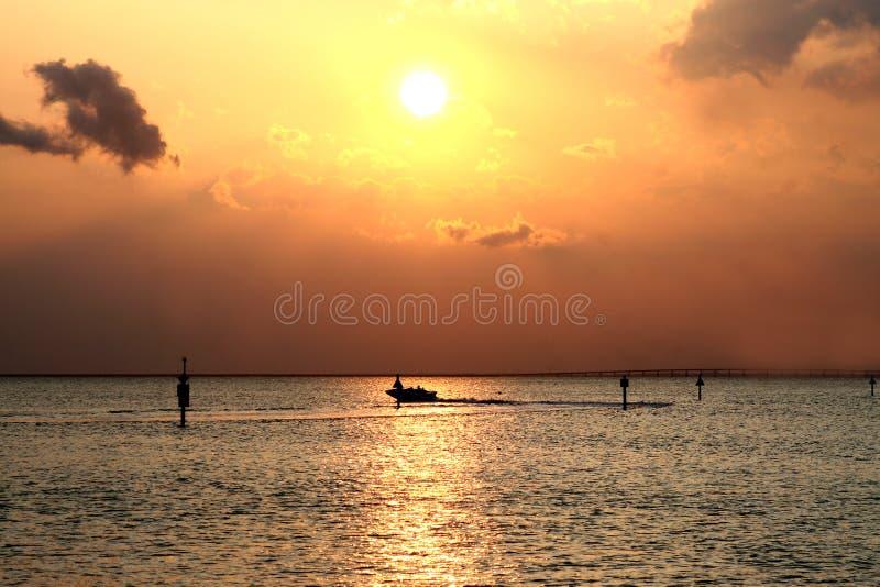Goldener Sonnenuntergang über Meer lizenzfreie stockfotos